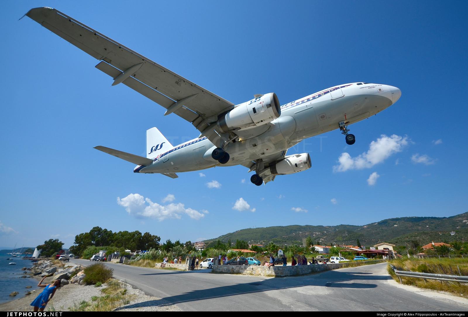 Aeroporto Skiathos : L aereo sfiora la strada atterraggio è da brividi